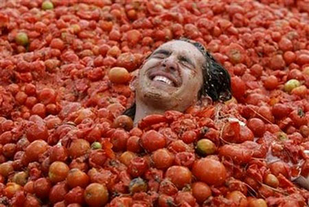 Tomatina Throwing Tomatoes Festival Spain Bunol Valencia 11
