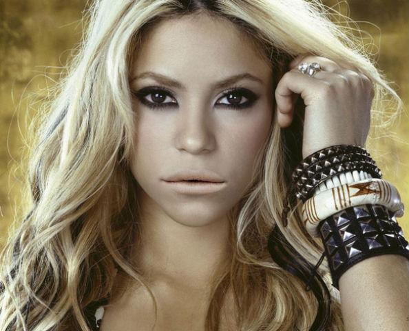 Shakira with Lana Del Rey lips